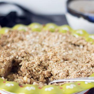 apple crumble in green pie dish