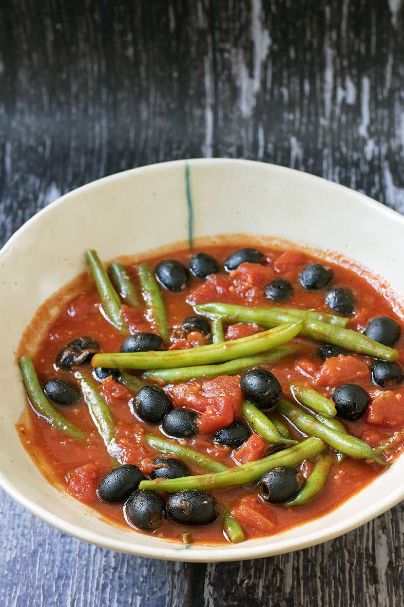 green beans and black olives in tomatoes